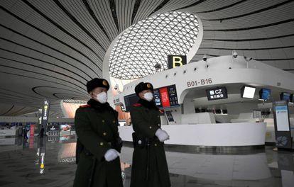 Oficiales de policía patrullan en el aeropuerto de Pekín.
