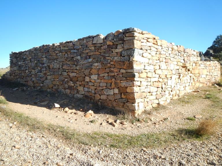 Fortificación de la zona de la puerta oriental del castro astur de Las Labradas, tras su reconstrucción.