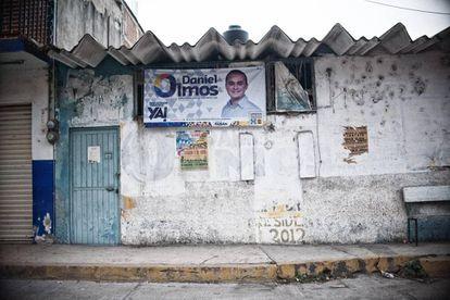Un cartel de campaña de Daniel Olmos, el hijo del alcalde.