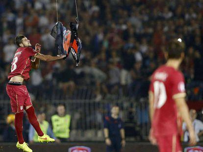 El serbio Mitrovic agarra una bandera albanesa en el Serbia-Albania de 2014.