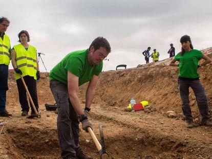 Trabajo en una fosa en Alfacar (Granada), el pasado septiembre. En vídeo, declaraciones del arqueólogo Javier Navarro.