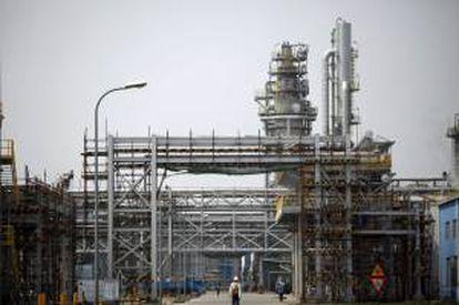 Vista general de empleados en la fábrica química Sinopec en Nanjing, China. EFE/Archivo