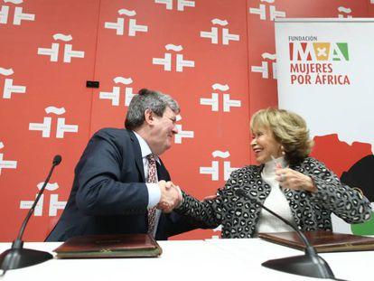 El director del Instituto Cervantes, Juan Manuel Bonet, y la presidenta de la Fundación Mujeres por África, María Teresa Fernández de la Vega, firman el acuerdo.