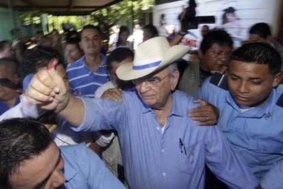 El candidato Fabio Gadea, del Partido Liberal Independiente (PLI), después de votar ayer en Managua.