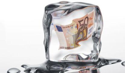 Un billete de 50 euros en un cubito de hielo.