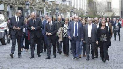 La comitiva oficial, con el lehendakari Urkullu y Andoni Ortuzar al frente, llega al funeral por Arzalluz.