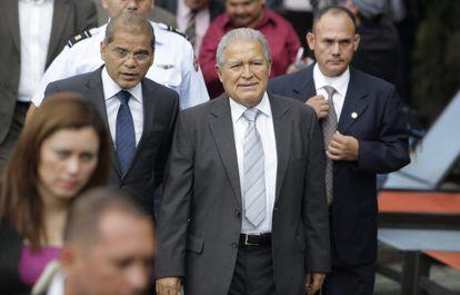 Salvador Sánchez Cerén, en el centro