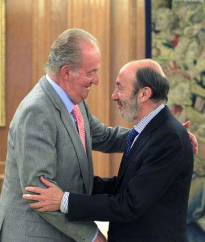 El Rey saluda a Rubalcaba, al comienzo de la reunión.