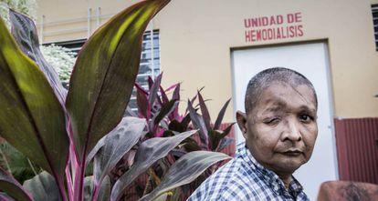 Héctor Miguel Corea, ante la unidad de hemodiálisis.