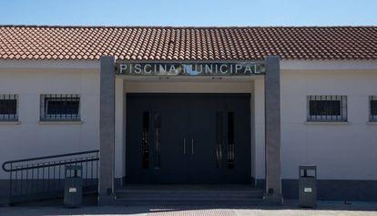 Puerta de acceso al complejo municipal de piscinas de Torrijos.