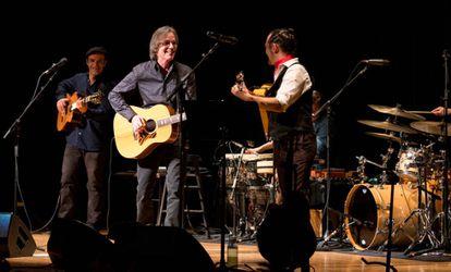 Jackson Browne, a la izquierda en primer plano, toca frente a Raúl Rodríguez en The Town Hall de Nueva York.