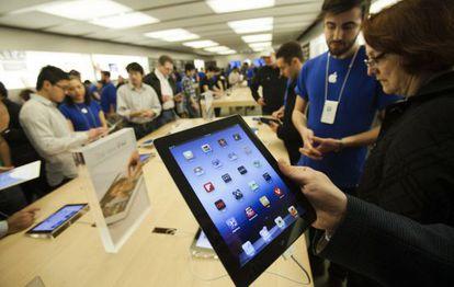 Un cliente prueba el nuevo iPad en una tienda en Toronto (Canadá).
