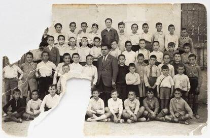 El maestro Alberto López, con sus alumnos.