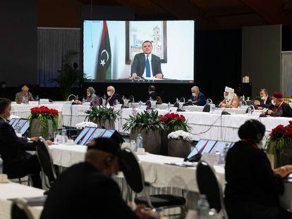 El primer ministro electo de Libia, Abdul Hamid, ofrece un discurso por videoconferencia, el pasado miércoles en Ginebra, durante una sesión del Foro de Diálogo Político Libio.
