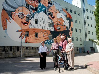 Usuarios de la residencia Puig d'en Roca de Girona, ante el mural de Marina Capdevila.