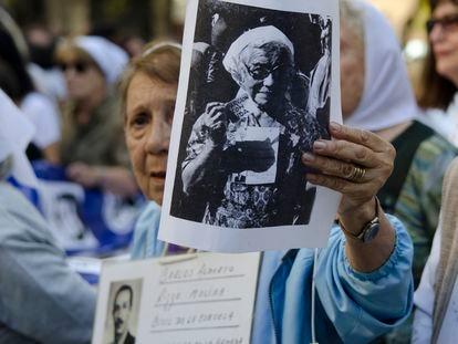 Miembros de organizaciones de derechos humanos se manifiestan en Buenos Aires en 2013, durante el aniversario de la dictadura militar.