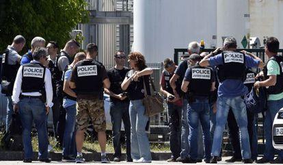 Despliegue policial a las puertas de la fábrica.