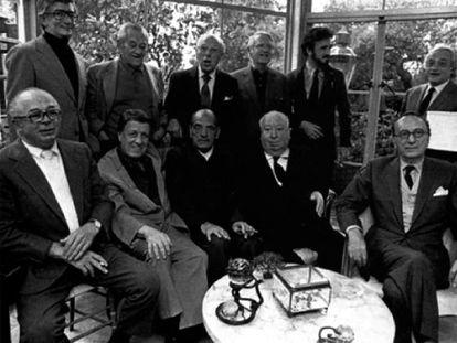 De pie, desde la izquierda, Robert Mulligan, William Wyler, Georges Cukor, Robert Wise, Jean-Claude Carrière y Serge Silberman. Sentados, desde la izquierda, Billy Wilder, Georges Stevens, Luis Buñuel, Alfred Hitchcock y Rouben Mamoulian