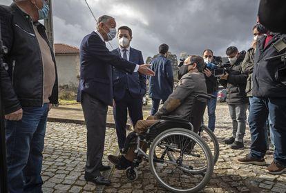 Marcelo Rebelo de Sousa habla con un funcionario del centro electoral en el que votó este domingo en Celorico de Basto.