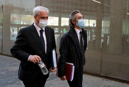 A la izquierda, Germà Gordó, exgerente de CDC y exconseller de Justicia, sale de la Ciutat de la Justicia de Barcelona, el pasado noviembre.