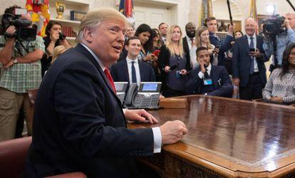 Donald Trump, rodeado de periodistas en el Despacho Oval.