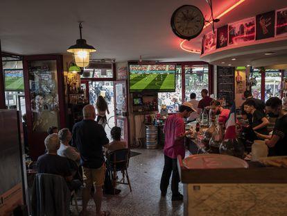 El interior de un bar en París el 19 de junio, durante un partido de Francia.