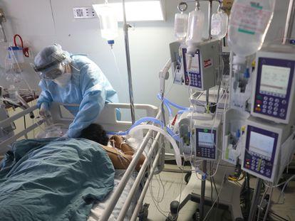 Un médico atiende a un enfermo de la covid-19 en el Hospital Juárez de Ciudad de México.