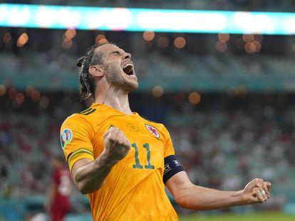 Gareth Bale celebra el 2-0 de Gales a Turquía.