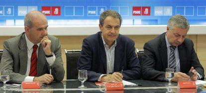 Manuel Chaves, José Luis Rodríguez Zapatero y José Blanco, al comienzo de la reunión del viernes en la sede del PSOE.