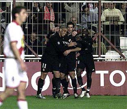 Ronaldo recibe las felicitaciones de Figo, Makelele y otro compañero tras su gol.