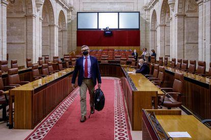 El portavoz parlamentario de Vox, Manuel Gavira, a su llegada a la sesión plenaria que ha tenido lugar este miércoles en el Parlamento de Andalucía, en Sevilla.