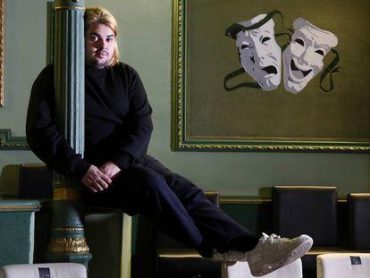 Brays Efe en la sala Lola Membrives del teatro Lara, donde tres veces a la semana interpreta 'Las cosas extraordinarias', su primer monólogo.