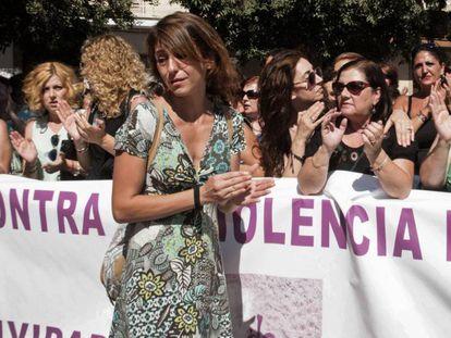 Juana Rivas, en el centro, durante una concentración el pasado julio.