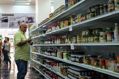 Un hombre en un supermercado de Caracas.