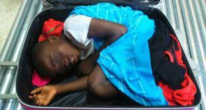 Adou, dentro de la maleta en la que fue descubierto en el control fronterizo del Tarajal (Ceuta).