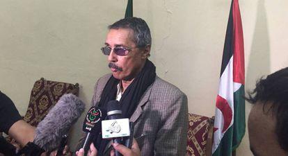 Hatri Aduh, líder en funciones del Frente Polisario y de la República Árabe Saharaui Demócratica (Rasd), durante una conferencia de prensa celebrada este jueves en el campamento de refugiados de Rabuni, al este de la ciudad argelina de Tinduf.