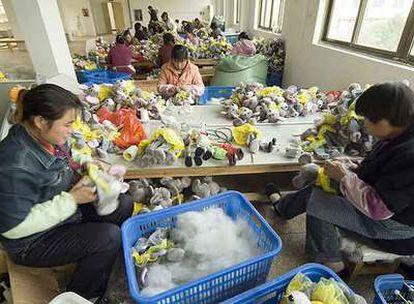 Mujeres trabajando en una fábrica de juguetes en China.
