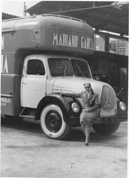 Una de las integrantes de la familia en uno de los camiones de carga de la empresa Mariano García.