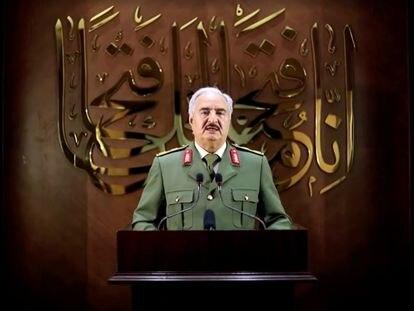 El mariscal Jalifa Hafter anuncia el control formal del Gobierno por parte su Ejército mediante la transmisión de un vídeo difundido el 27 de abril donde no se precisa en qué lugar se encuentra.