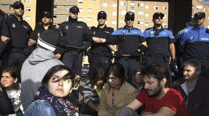 Un grupo protesta contra el sacrificio de 'Excálibur' en Alcorcón.