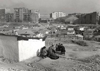 Núcleo de chabolas en los años cincuenta en las actuales calles Jaime el Conquistador, Fernando Poo y Torres Miranda de Madrid, con algunos de los bloques de pisos recién construidos al fondo.