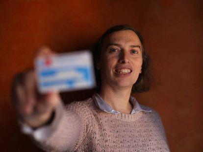 María Alejandra, mujer transexual con su nueva tarjeta sanitaria.