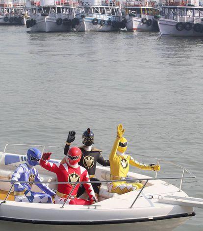 Los personajes de la franquicia Power Rangers llegando a Bombay como auténticas estrellas en 2007. La saga estrenó una película de alto presupuesto en 2017 y prepara otra entreta televisiva para Nickelodeon en 2021.