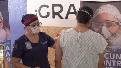 Voluntarios asisten para que les sea aplicadas dosis experimentales de vacunas contra la covid-19, en Oaxaca.