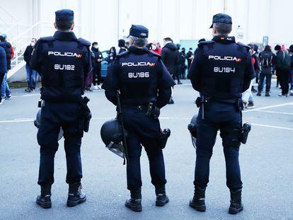 Agentes de Policía Nacional durante una huelga comarcal contra la desindustrialización convocada en Ferrol el 10 de marzo.