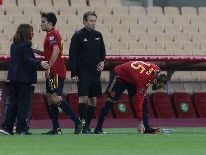 Sergio Ramos, a su entrada al césped en sustitución de Eric García.