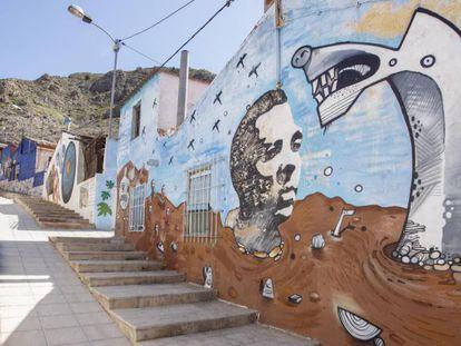 Una calle de Orihuela (Alicante) decorada con un mural en homenaje al poeta Miguel Hernández.