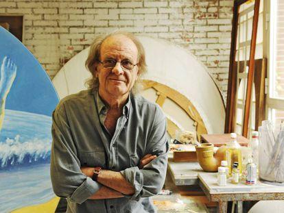 Luis Eduardo Aute posa, en su faceta de pintor, en su estudio de Madrid en el año 2011.