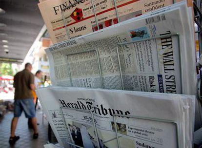 Los periódicos luchan por evitar la caída de ventas causada por la irrupción de la información a través de Internet.