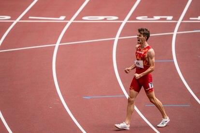 Adrián Ben celebra su clasificación tras las eliminatorias de 800m lisos de atletismo.